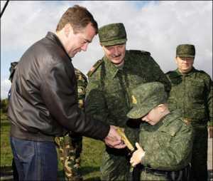 Коля Лукашенко показал Дмитрию Медведеву кобуру с пистолетом