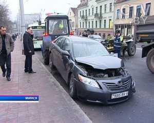 В центре Минска МАЗ столкнулся с легковым автомобилем