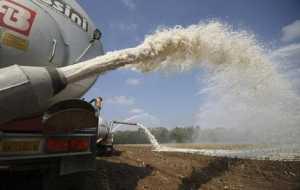 Фермеры стран Евросоюза вылили на поля около пяти миллионов литров молока